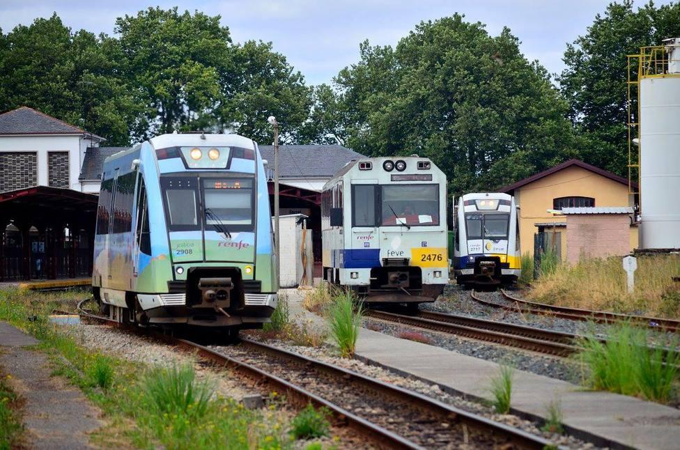 Foto de archivo de varios trenes de FEVE en la estación de Ferrol - FOTO: Alejandro Martínez