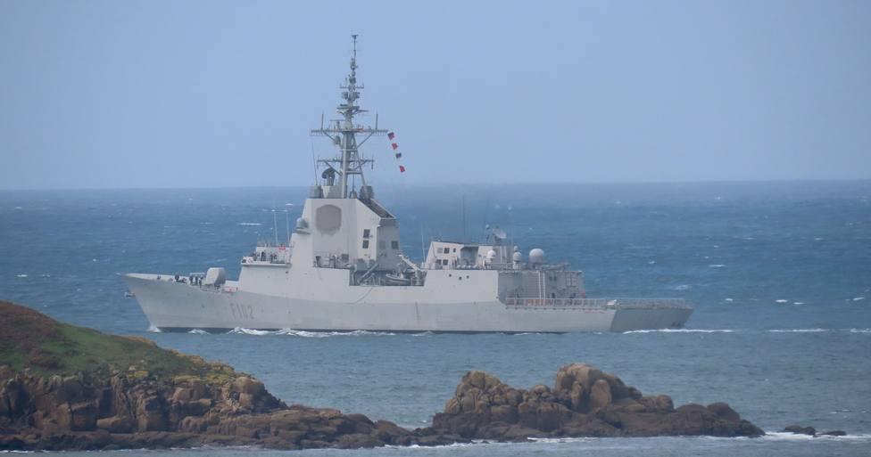 La fragata Almirante Juan de Borbón saliendo de la ría de Ferrol este jueves - FOTO: José R. Montero