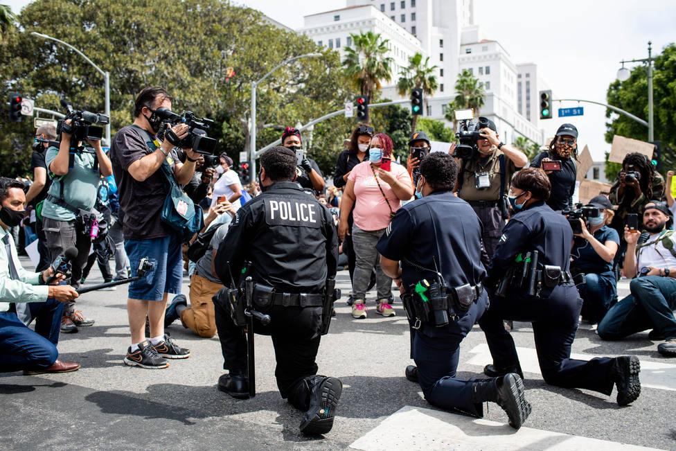 Los Ángeles levanta el toque de queda mientras las protestas continúan pacíficamente en varios puntos de EEUU