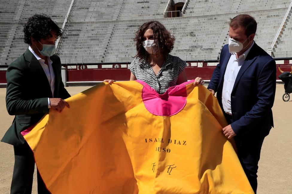 Isabel Díaz Ayuso con un capote en la plaza de toros de Las Ventas