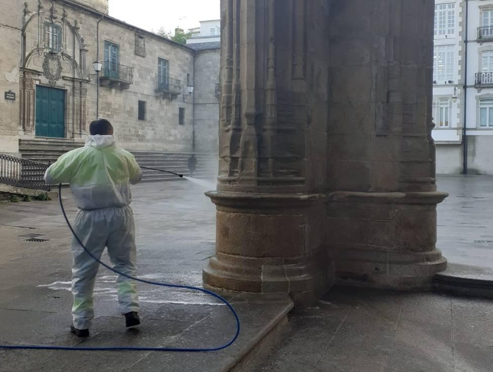 Polémica por el método usado para retirar pintadas de la catedral de Lugo