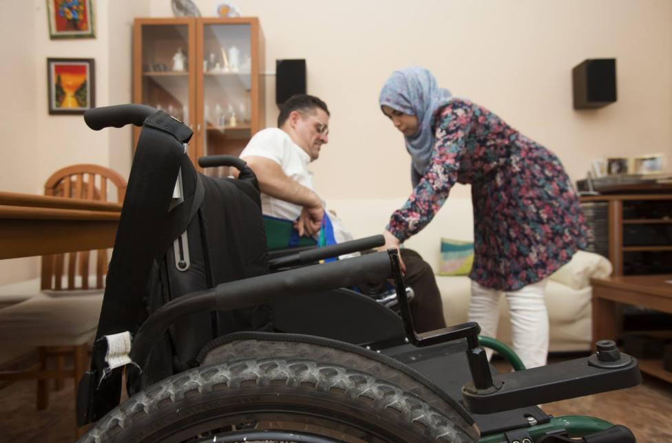 Prestación de servicios a una persona con discapacidad - DANI AZNAR / LA CONFEDERACIÓ - Archivo