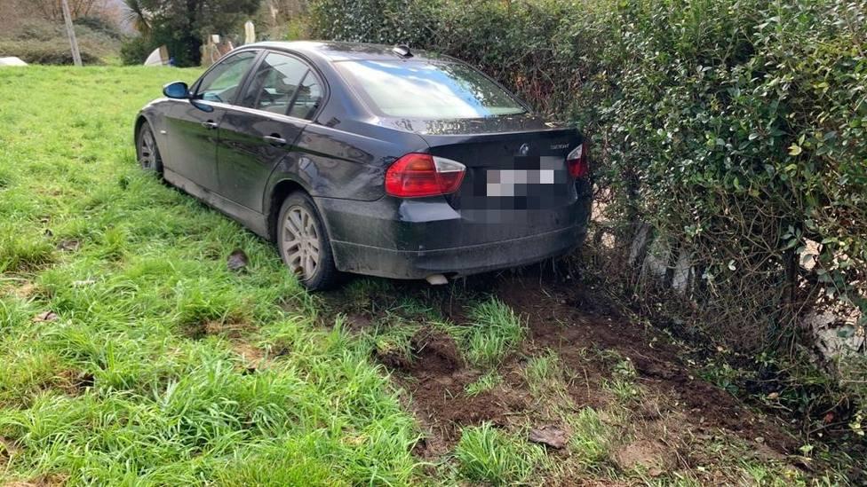 Vehículo abandonado en Camiño de Roca, en la ciudad de Lugo
