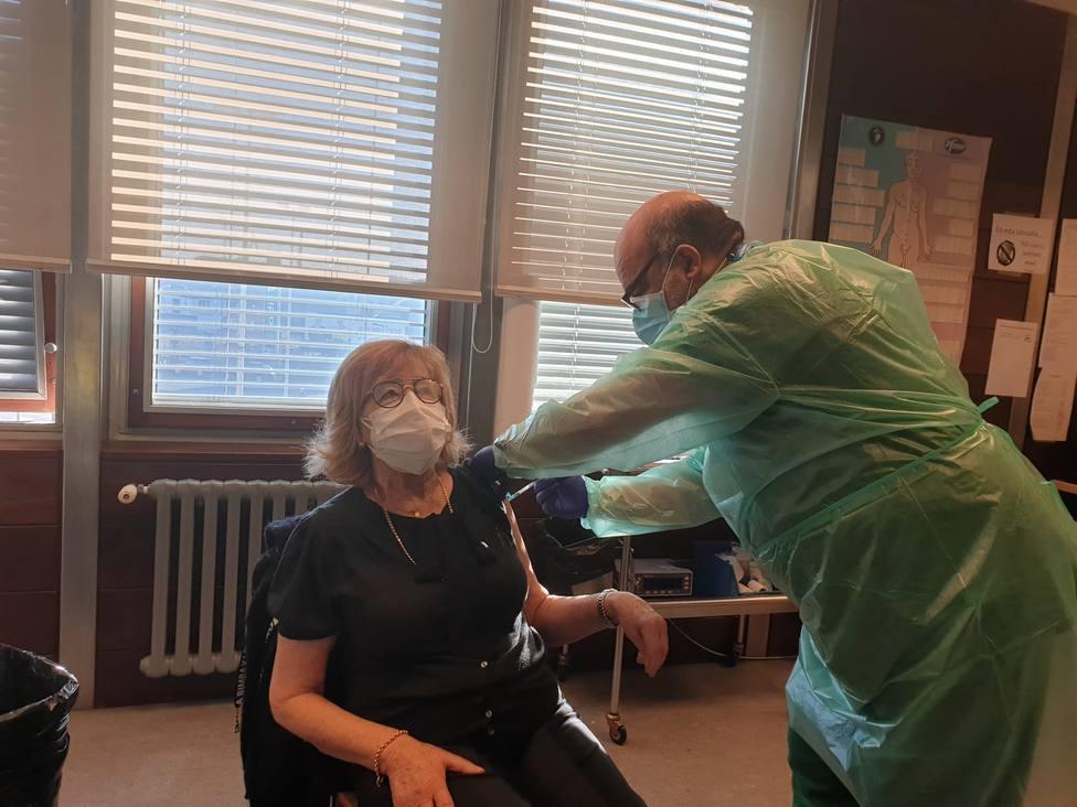 María Luisa Lago recibe la vacuna contra la COVID-19