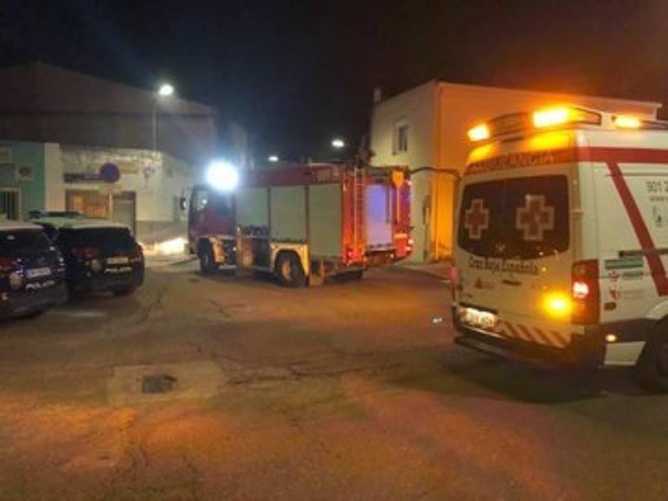 Bomberos y sanitarios en el incendio en Badajoz.