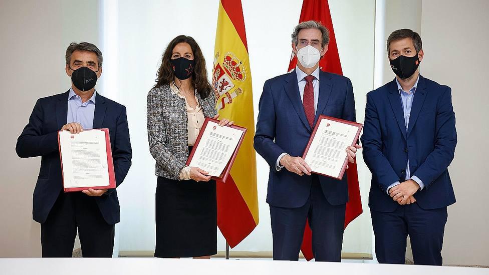 Victorino Martín, Mª Eugenia Carballedo y Fernando Gomá sellando el acuerdo de colaboración
