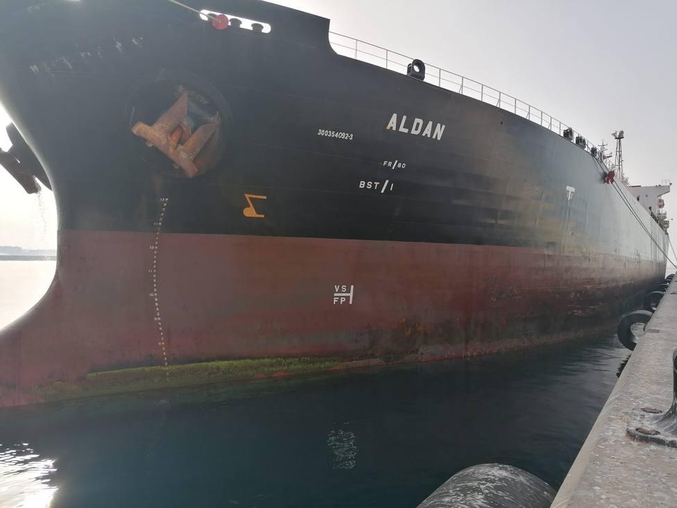 Retenido en el Puerto de Almería un buque por descargar hidrocarburo a 147 millas de La Palma
