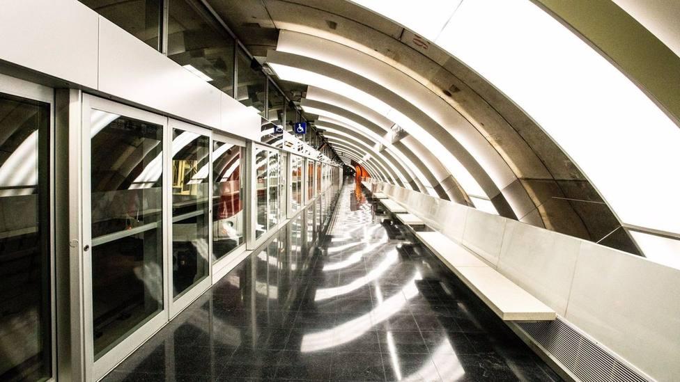 La Síndica de Barcelona pide a la ATM terminar con el atraso crónico de la T-Mobilitat