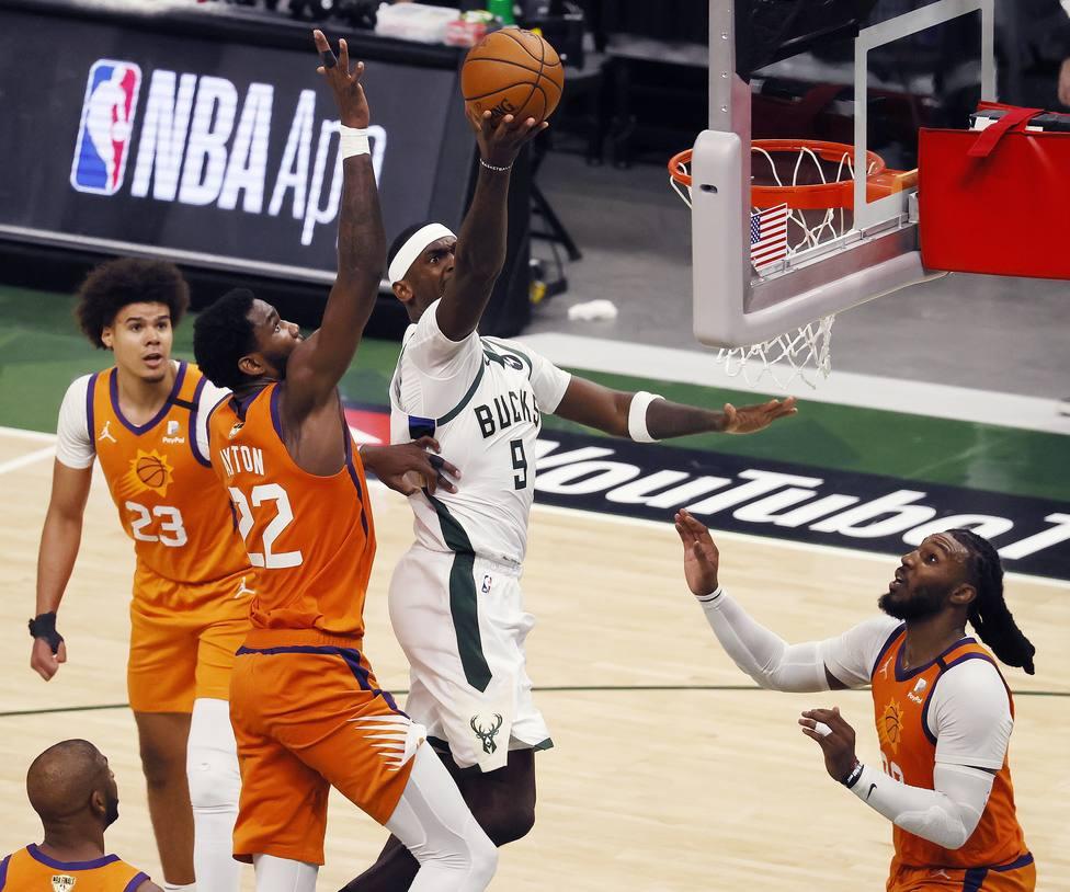 Jrue Holiday anotando para los Bucks en las finales de la NBA.