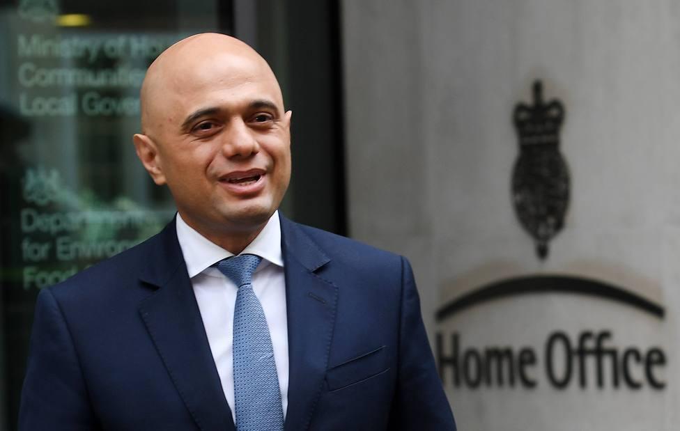 El ministro de Sanidad británico llama a la población a vacunarse tras recuperarse de la covid-19