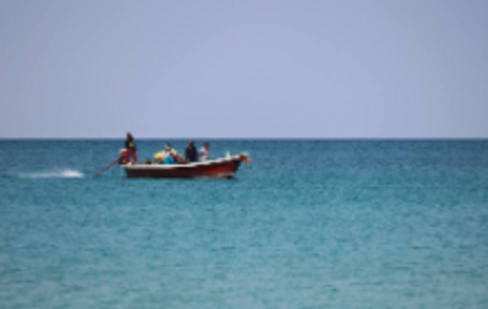 Llega una embarcación con 13 migrantes a bordo a una playa de Águilas