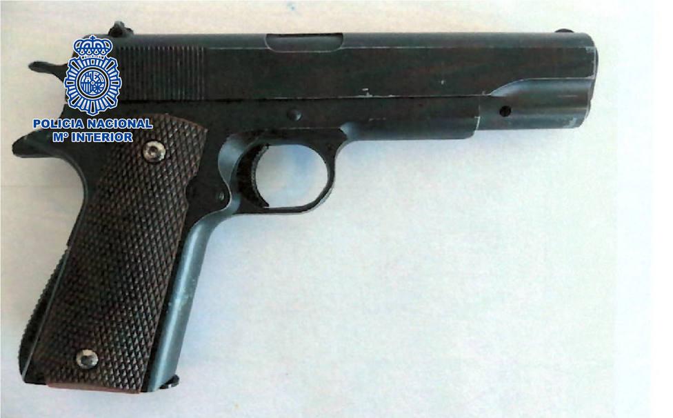 Agrede y amenaza de muerte con una pistola a varios viandantes en Almería