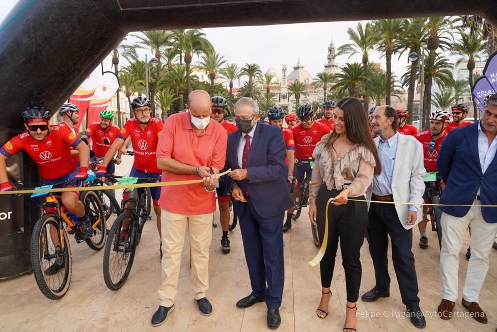 Un total de 30 bomberos cruzan España en bicicleta para ayudar a los niños con cáncer