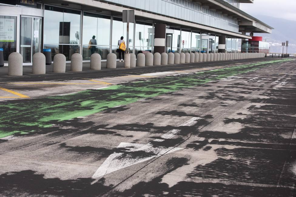 La acumulación de ceniza en las pistas deja inoperativo el aeropuerto La Palma