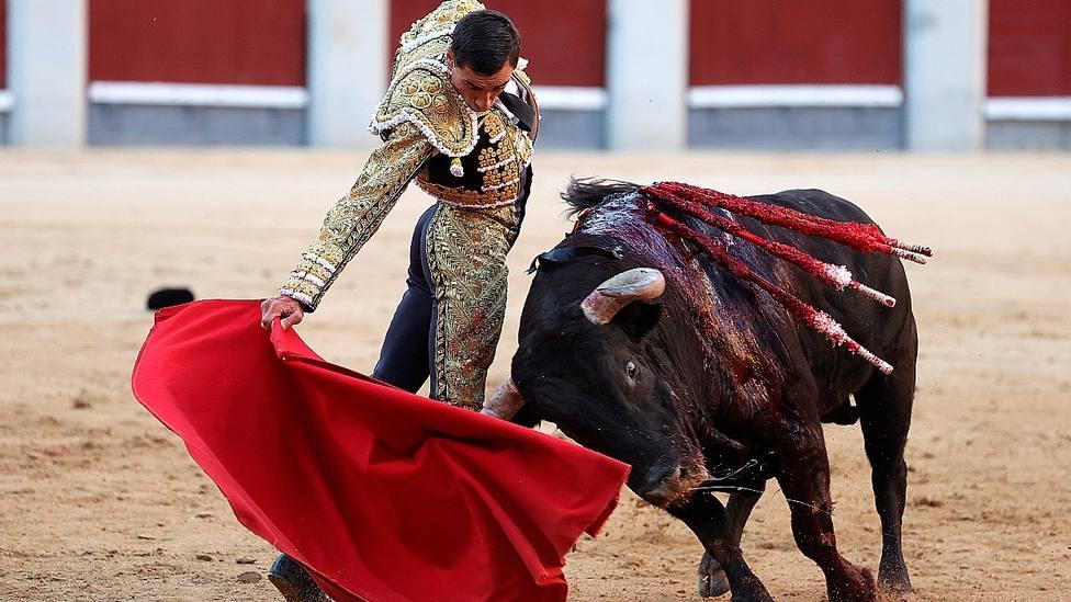 Natural con la mano derecha de Paco Ureña a su primer toro de Jandilla este viernes en Madrid