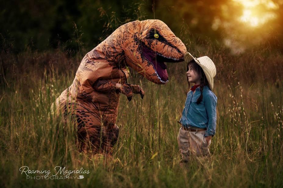 Levi disfrazado de T-rex junto a su prima Lola