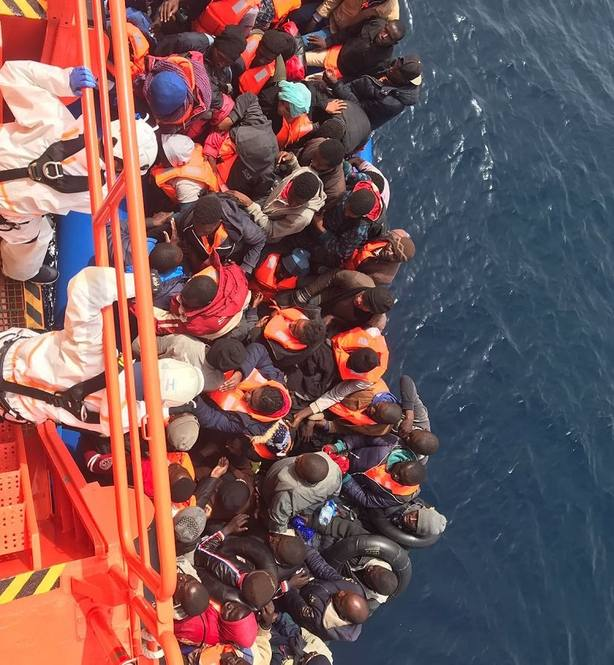 Trasladan a Motril a 54 personas, cuatro niños, rescatadas de una patera en el mar de Alborán