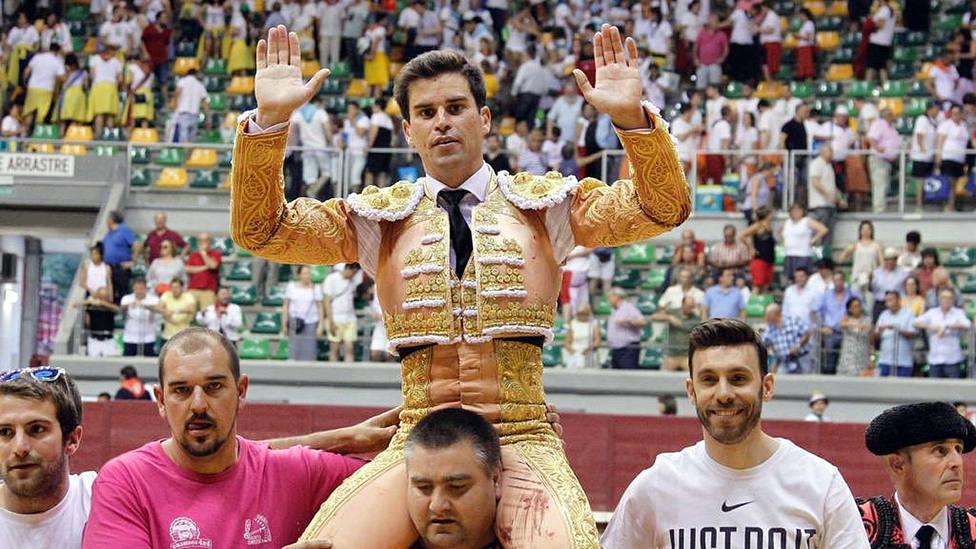 Rubén Pinar en su salida a hombros este domingo en Burgos