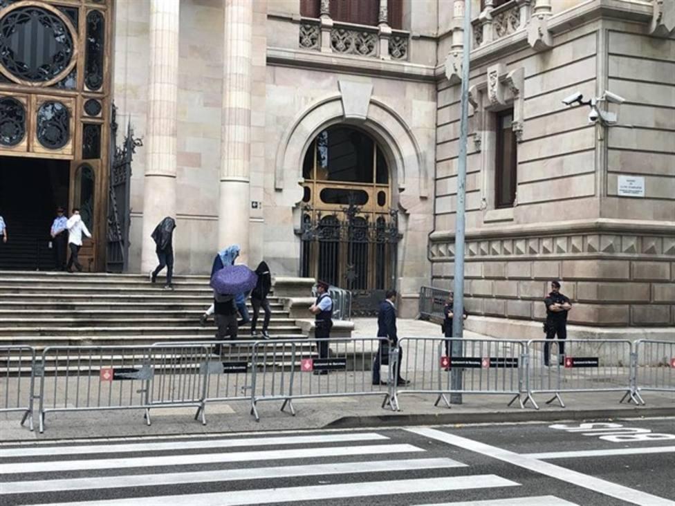 Algunos de los procesados saliendo de la Audiencia de Barcelona