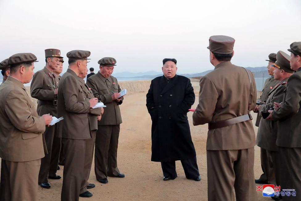 Kim Jong Un supervisa una nueva prueba con un lanzador de cohetes guiados de gran calibre