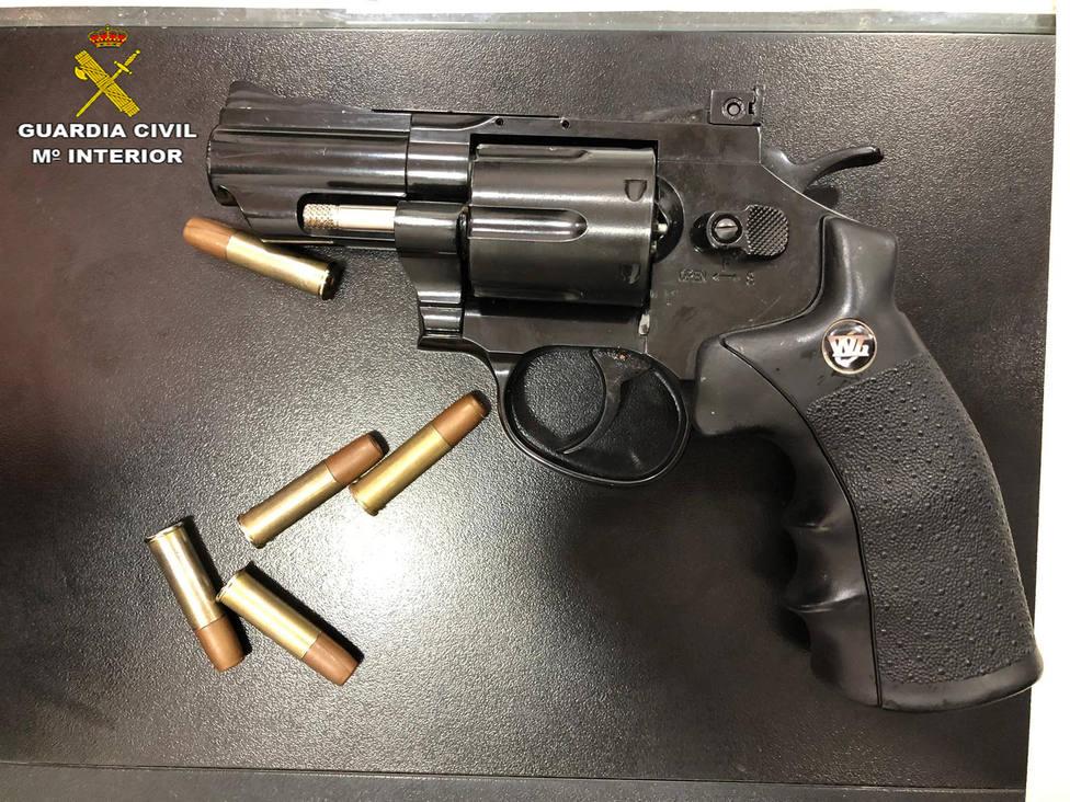 Imagen de la pistola simulada utilizada en el atraco