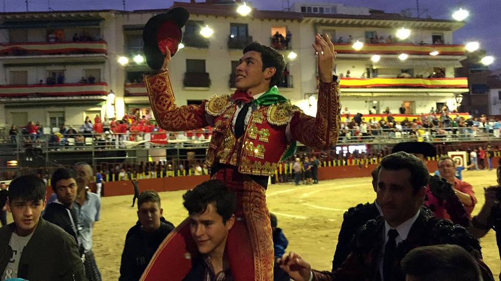 Isaac Fonseca en su salida a hombros este miércoles en Arganda del Rey