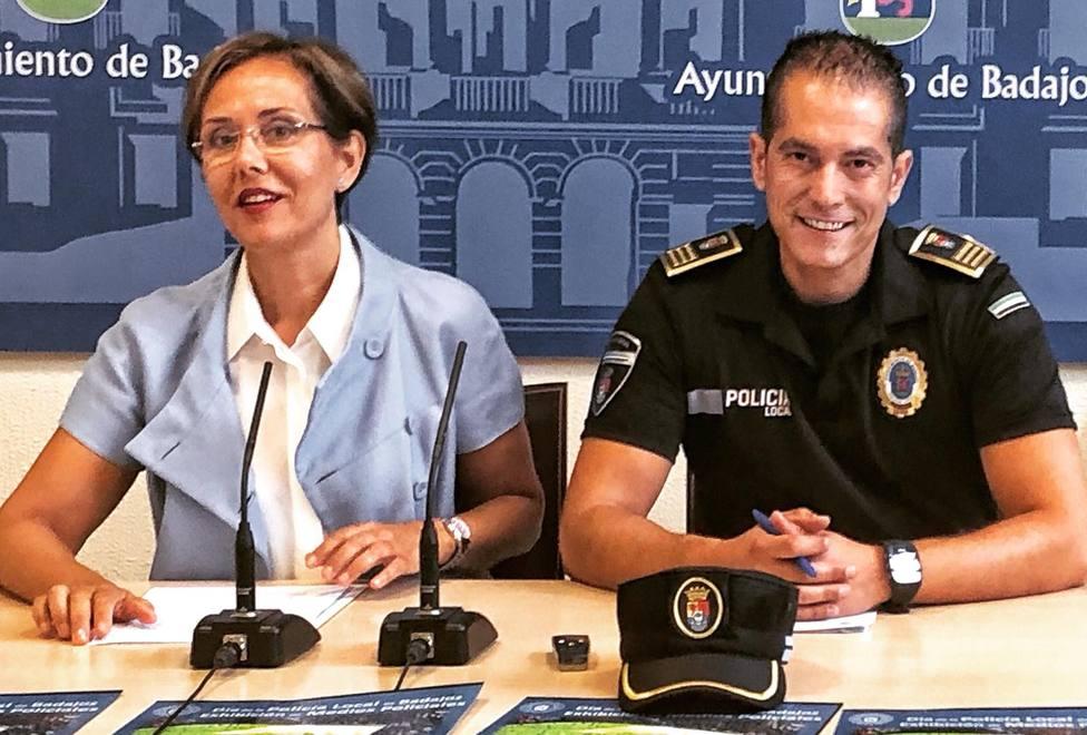 María José Solana, concejala delegada de la Policía Local de Badajoz, y el superintendente del cuerpo, Rubén M