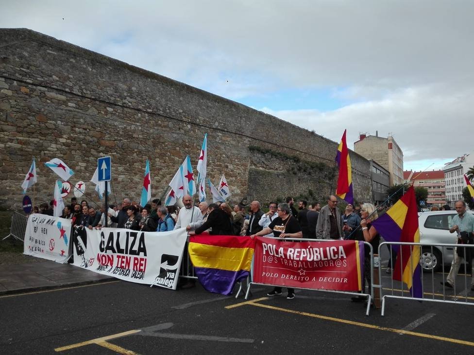 Independentistas gallegos reciben al Rey Felipe VI con banderas republicanas