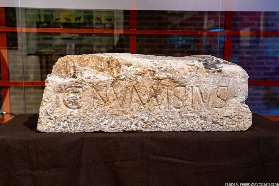 Exponen en el Museo Arqueolígico de Cartagena la lápida romana robada en 2005 en San Ginés de la Jara