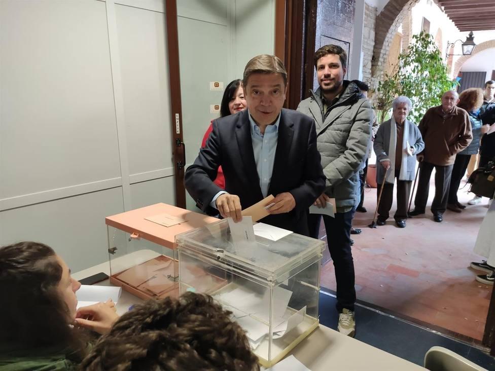 Luis Planas votando en Córdoba