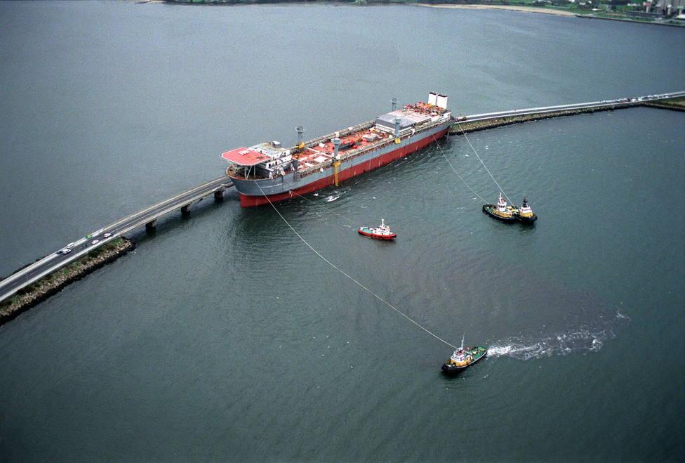 Los remolcadores preparados para tratar de rescatar el buque siniestrado - FOTO: Efe / Lavandeira Jr