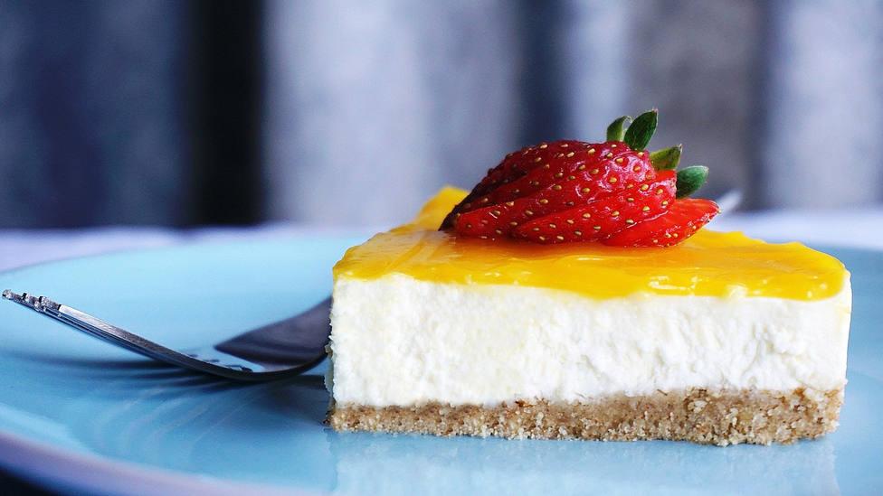 El tremendo error que cometes al hacer tarta de queso y que puede echar a perder este postre