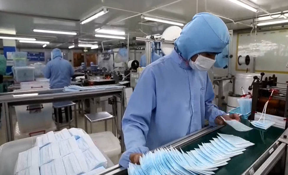 Personal sanitario trabajando en una zona de aislamiento contra coronavirus - FOTO: Efe