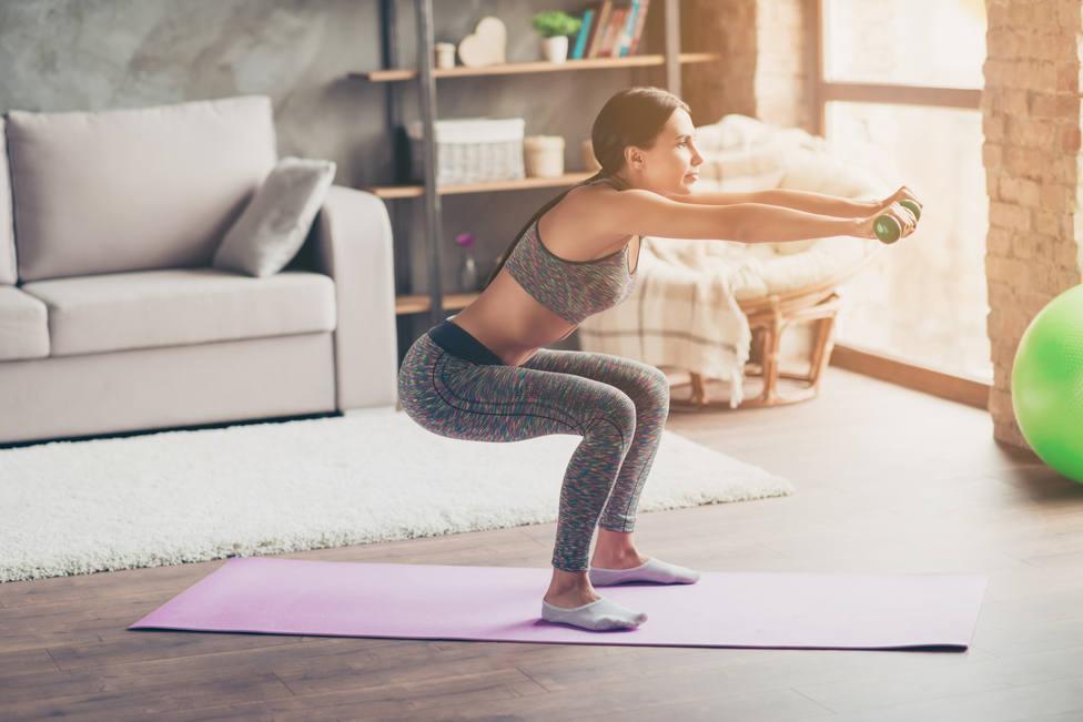 Sentadillas, abdominales, pesas...ejercicios en casa para estar en forma