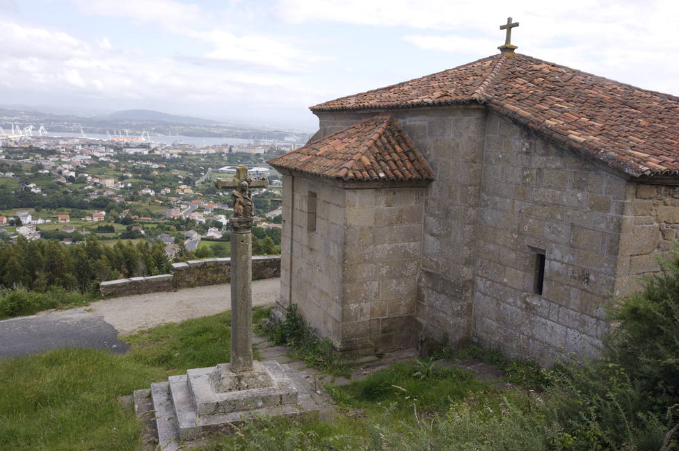 Foto de archivo de la ermita de Chamorro y de su cruceiro - FOTO: Turismo de Ferrol