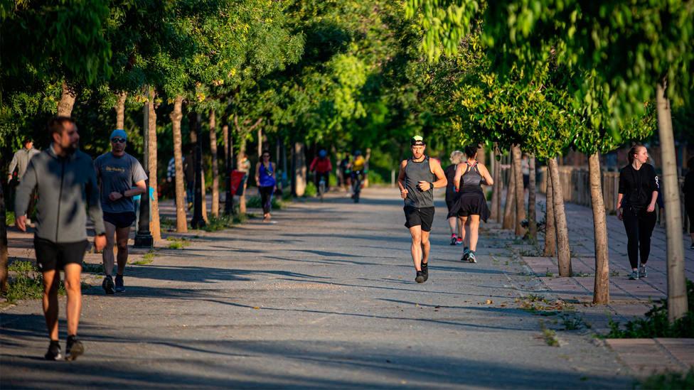 Varios runners practican ejercicio en un parque de Granada al aire libre. CORDONPRESS
