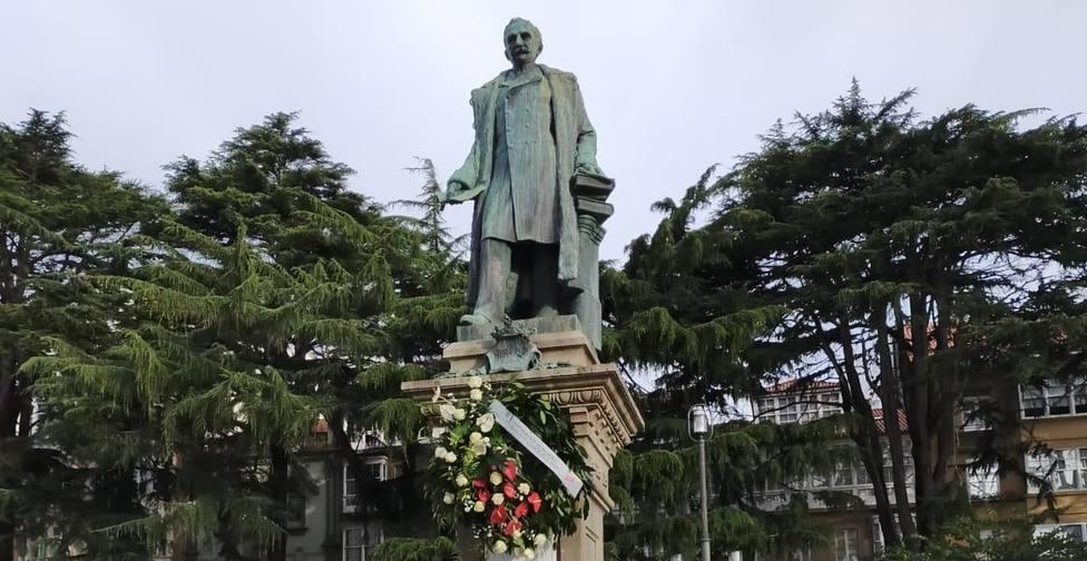 La estatua del Marqués de Amboage con las flores colocadas - FOTO: Cedida