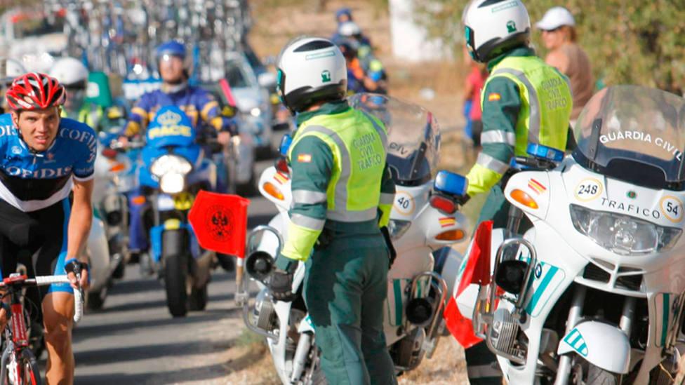 Agentes de la Guardia Civil vigilan una prueba ciclista. EFE