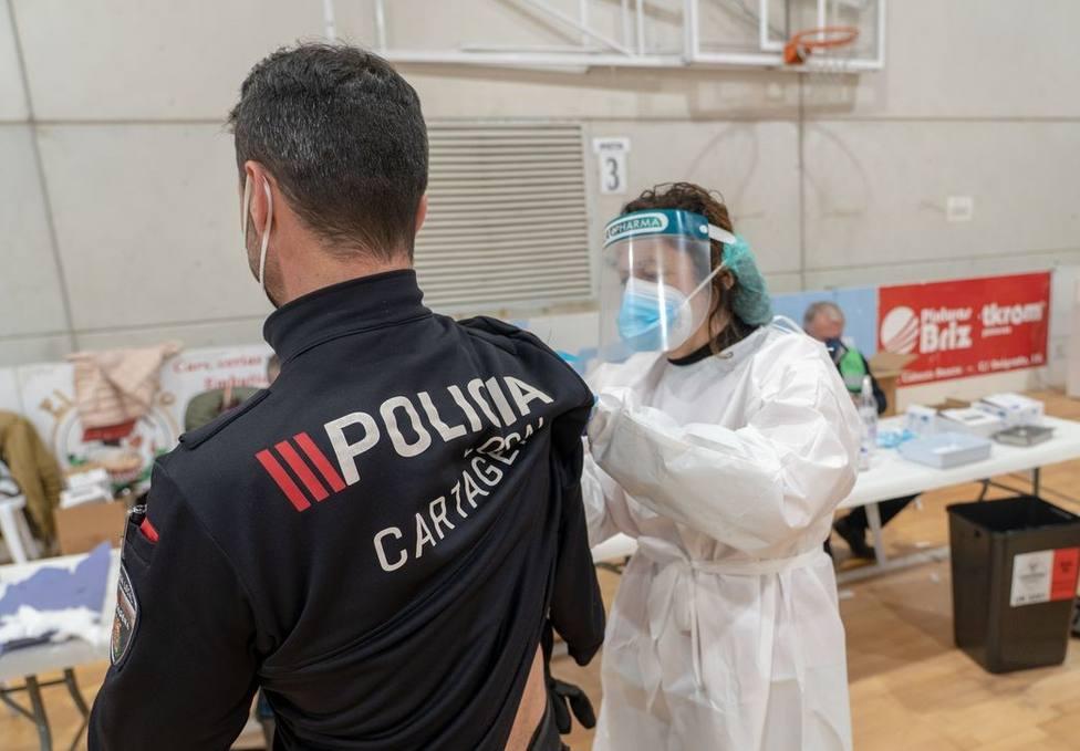 Más de 800 policías locales y bomberos de la comarca de Cartagena se vacunan en el pabellón Cabezo Beaza