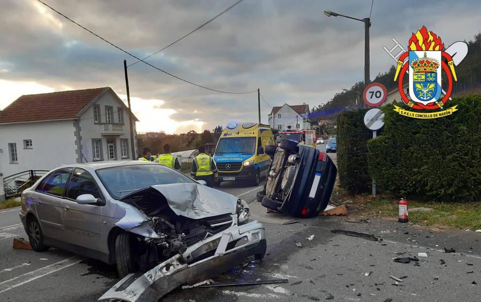 Los dos vehículos implicados sufrieron daños materiales importantes - FOTO: SPEIS Narón
