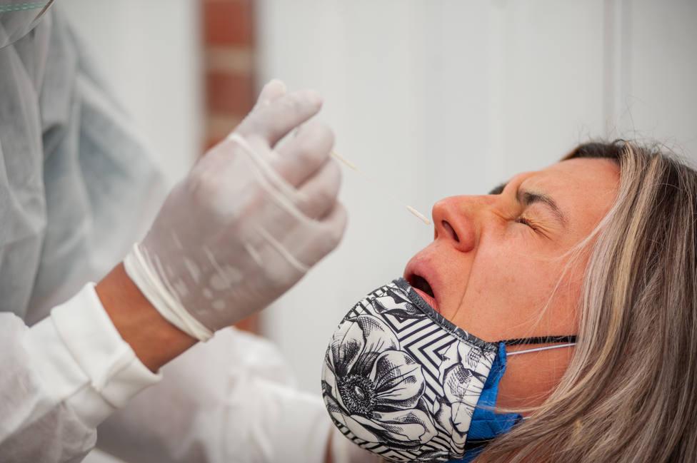 Foto de archivo de un sanitario haciendo una prueba PCR - FOTO: Europa Press / Chepa Beltran