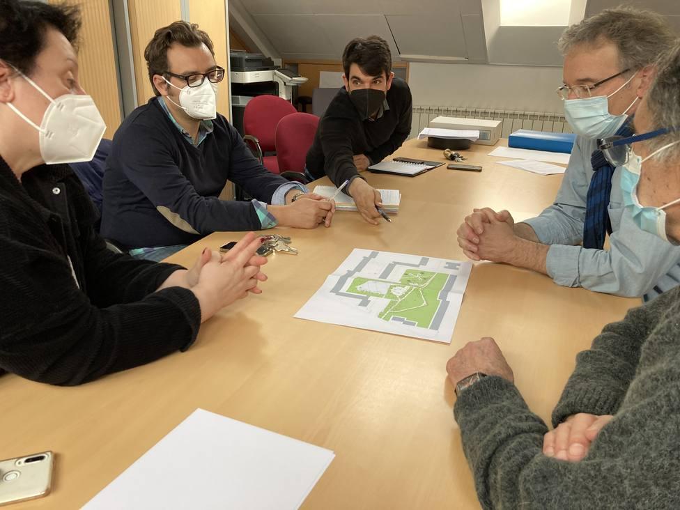 Julián Reina con representantes vecinales de Caranza. FOTO: Concello de Ferrol