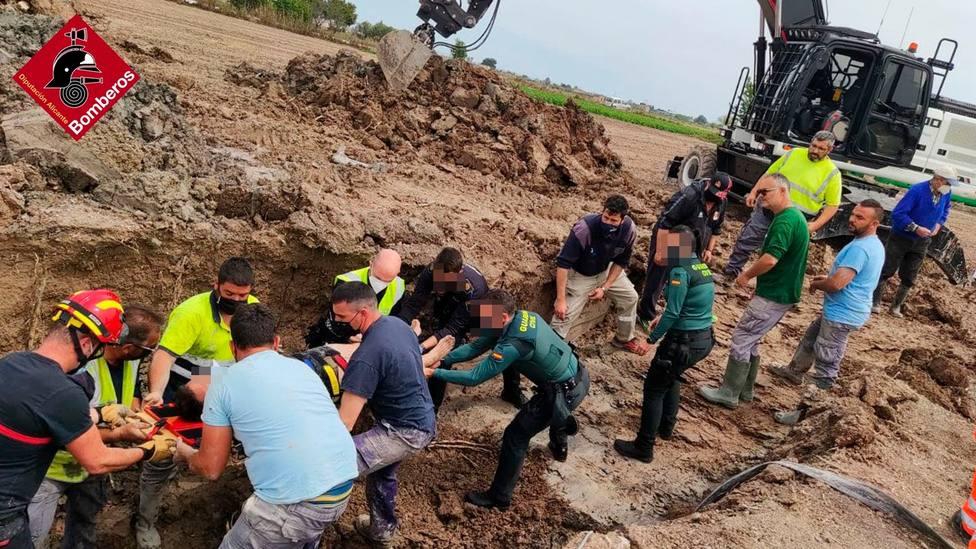 Rescatan a un operario con la cadera rota tras caer a una zanja en San Fulgencio