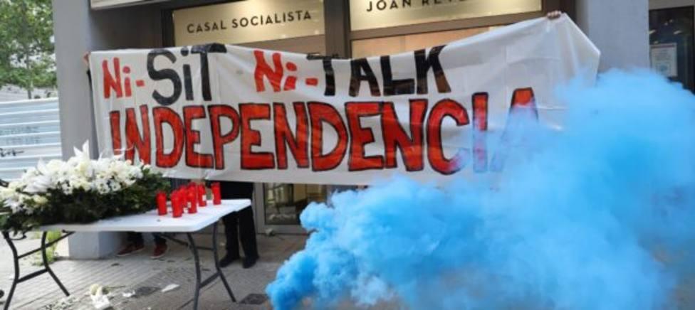 Los independentistas colgaron esta pancarta ante la sede del PSC en Barcelona