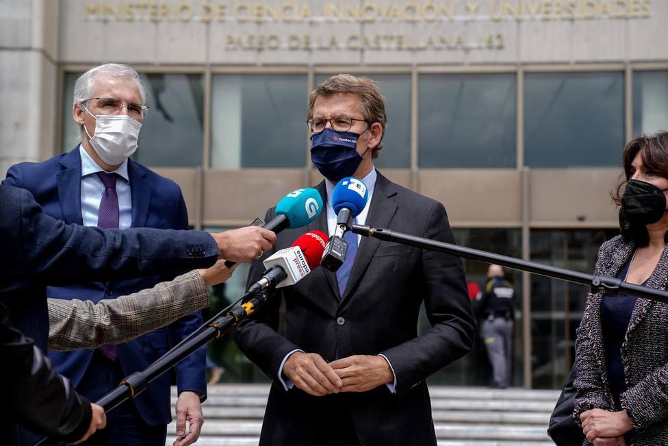 Núñez Feijóo, responde a los medios al salir de la reunión con la ministra de Economía - FOTO: A. Pérez Meca