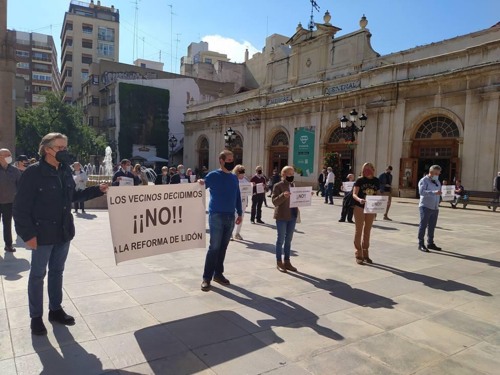 Protestas frente al ayuntamiento contra la reforma de la avenida de Lidón