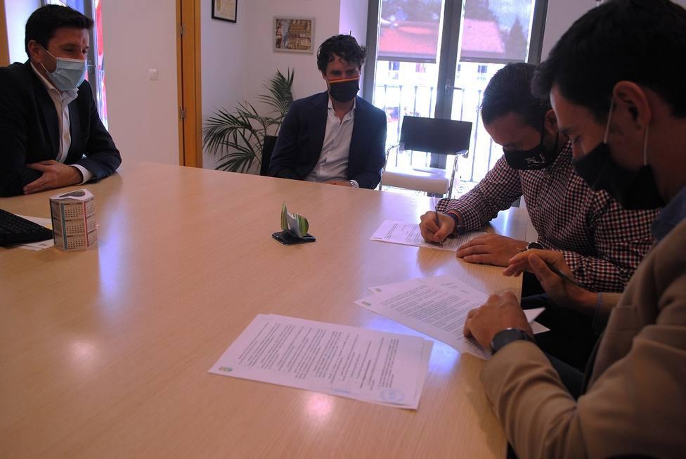 Firma del convenio entre Ayuntamiento y Asociación Cultural Tauromaquia Tradición de Valdemorillo