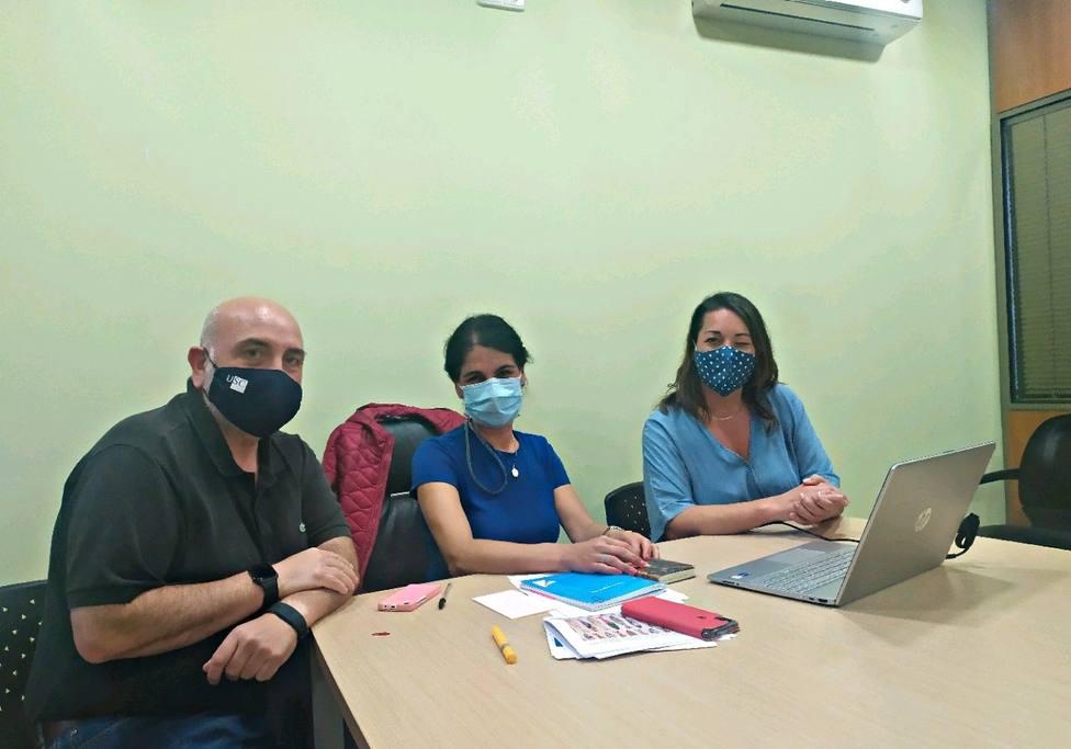 El regidor de Ares con integrantes del nuevo servicio de normalización lingüística. FOTO: Ares