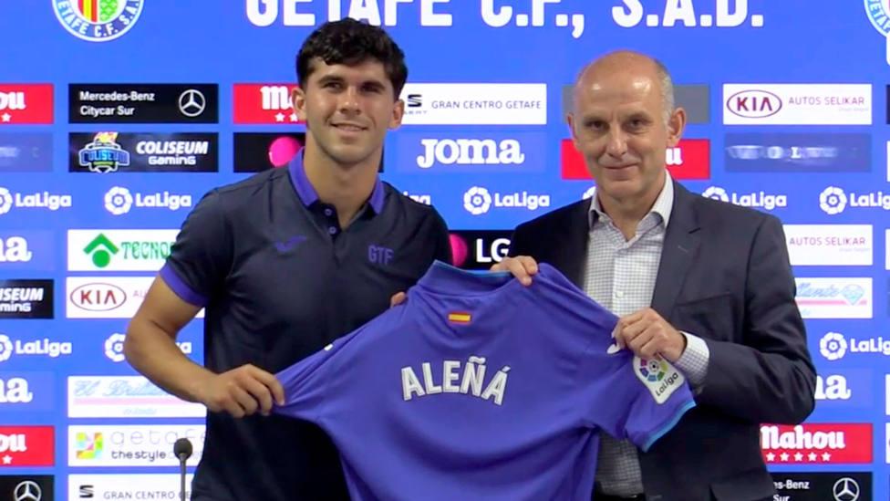 Carles Aleñá presentado con la camiseta del Getafe para la temporada 2021-2022