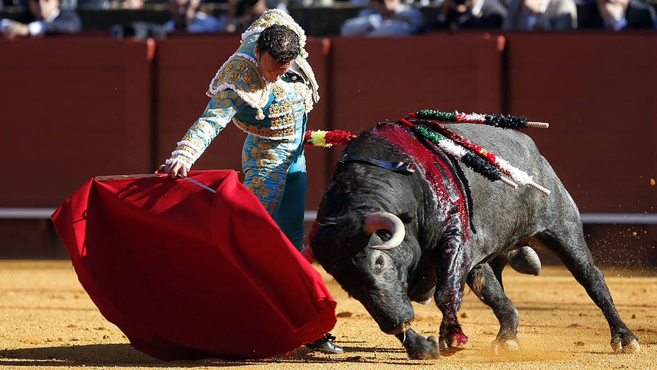 Antonio Ferrera durante su faena al primer toro de Victorino Martín en Sevilla